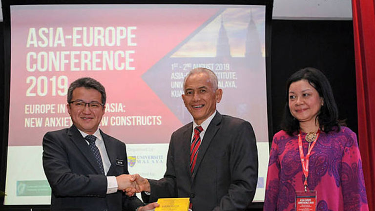 Deputy Minister of Defence, Liew Chin Tong (left) receiving a souvenir from the vice chancellor of University Malaya a Datuk Ir Dr Abdul Rahim Hashim at the officiating of the Asia-Europe Conference 2019 at University Malaya today.