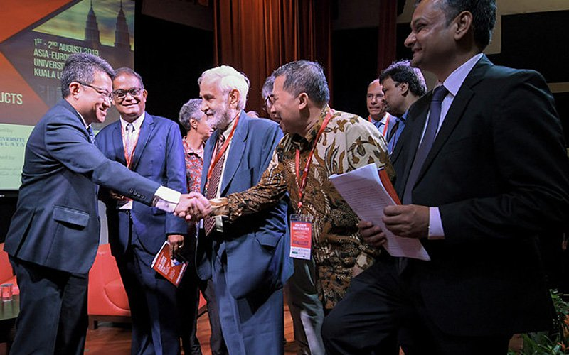 Deputy Defence Minister Liew Chin Tong (left) meeting participants at the two-day Asia-Europe Conference 2019 today. (Bernama pic)