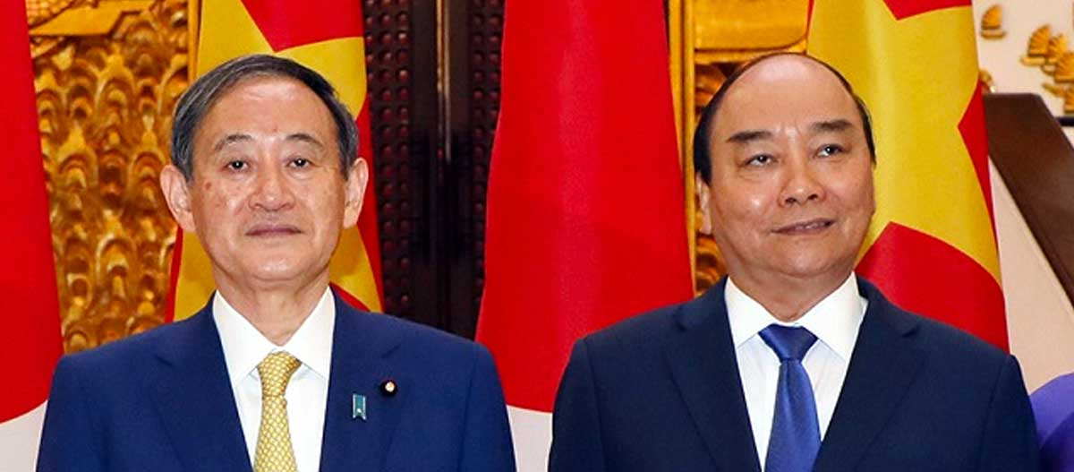 Japanese Prime Minister Yoshihide Suga (left) and his Vietnamese counterpart Nguyen Xuan Phuc