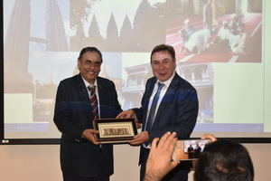 Prof. Dr. Jörn Dosch received a token of appreciation from Acting Executive Director of AEI, Assoc. Prof. Dr. Jatswan Singh.