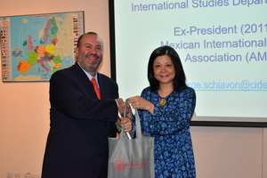 Prof. Dr. Jorge A. Schiavon received a token of appreciation from Prof. Dr. Azirah Hashim, Executive Director of AEI.
