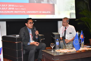 Speaker of Economic Integration - The ASEAN Experience, Dr. Ahmad Zafarullah Abdul Jalil (left) with the moderator, Dr. Cheong Kee Cheok (right)